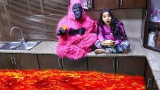 شفا والغوريلا تعلقوا في الحمم البركانية !! The floor is lava