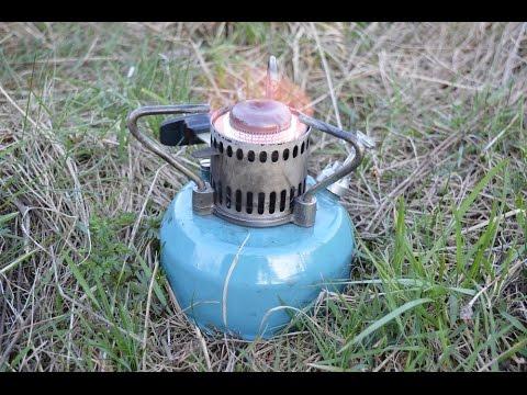 """Примус """"шмель-4"""" (рис. 58) состоит из бачка 1, в который ввернуты насос 15, предохранительный клапан 2, горелка 3 через прокладку штуцера 14. В горелку ввинчен ниппель 5, закрывающий конус 4. Этот конус перекрывает в нижнем положении отверстие горелки и перемещается при повороте шпинделя."""
