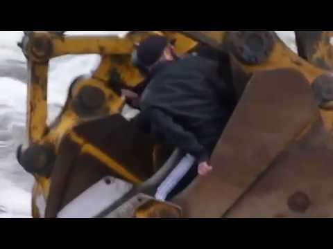 Переправа людей через реку двумя экскаваторами, прикол, Коми