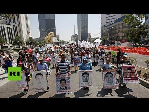 Familias de Ayotzinapa se plantan frente a la Fiscalía mexicana