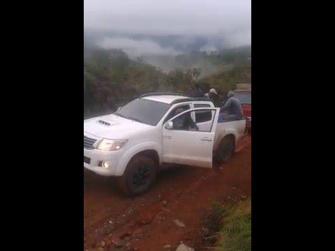 Toyota Hilux 2015  jalando un camion en el barro