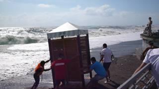 Адлер июнь 2014, работники пляжа спасают кабинки , море шторм