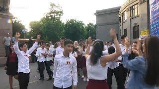 Երևանում տոնում են վերջին զանգը