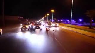 شاب يسقط في الشارع العام بين عجلات السيارات و ينجوا من الدهس