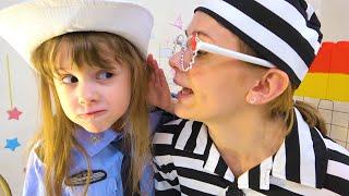 يتظاهر الأطفال بأنهم يلعبون قصصًا مضحكة للأطفال عن الألعاب ، عمل الشرطة الروتيني.