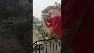 yağmur suyu ile yıkanan adam/ yağmur adam