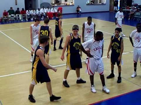 THE MOST STUPID BASKETBALL PLAY EVER !!!