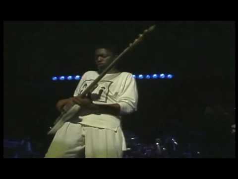 Darryl Jones bass solo Steps Ahead live in Tokyo 1986 - on drums Steve Smith