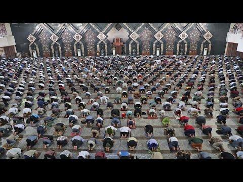 شاهد: إندونيسيا تعيد فتح المساجد في ظلّ تدابير وقائية صارمة…