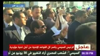 بالفيديو.. السيسي يكسر القواعد التأمينية ويعبر الشارع لتحية المصريين ببرلين