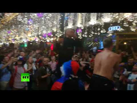 Безумие на Никольской: в центре Москвы празднуют победу России над Египтом