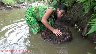 Survival skills - Primitive skills catch many fish and cooking fish - Eating delicious