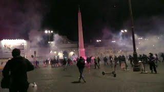 Roma, Forza nuova manifesta contro il coprifuoco: guerriglia in piazza del Popolo