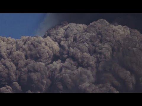 بركانٌ في البرّ وآخر في البحر.. شاهد ثوران إتنا في إيطاليا وبركانا تحت البحر في اليابان