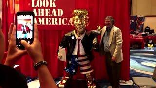 Orlando, alla kermesse conservatrice aspettano Trump: lo accolgono con una statua d'oro