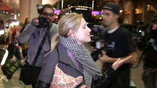 Video Kristen Bell Hits The Paparrazi download MP3, 3GP, MP4, WEBM, AVI, FLV Januari 2018