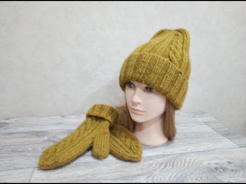 Современная вязаная шапка спицами