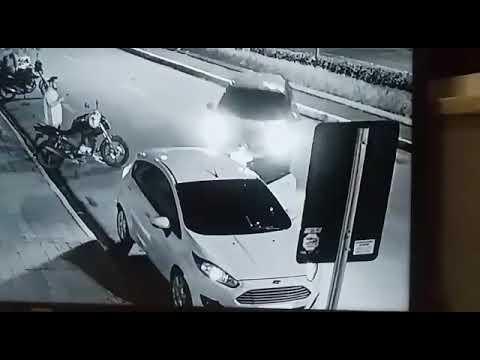 Fiesta desgovernado acerta homem que colocava filho no banco traseiro