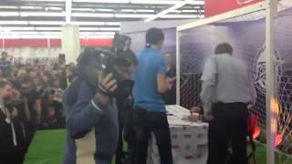 Халк и Витсель в М.Видео(Появление Аксель Витселя в магазине М.Видео на автограф-сессии. 23 ноября 2012., 2012-11-24T05:58:28.000Z)