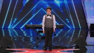 Download Video صدق او لا تصدق طفل عبقري يعزف البيانو في برنامج المواهب البريطاني MP3 3GP MP4