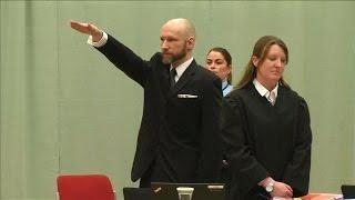 Anders Breivik brengt weer Hitlergroet