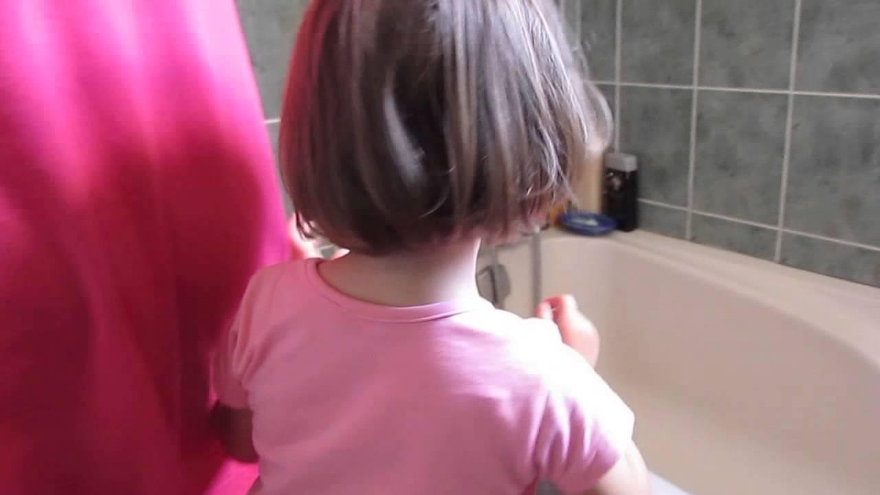 Petite fille mignonne qui a peur dans la salle de bain youtube for Comfemme nue dans la salle de bain