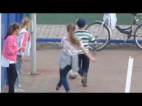 СИСЬКИ лифчик расстегнулся на футболе спешат мальчики кругом девчонки восторг от песни