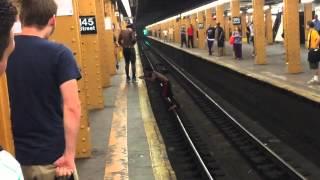 شاهد : شاب متهور يقفز أمام القطار.. وينال عقابا قاسيا