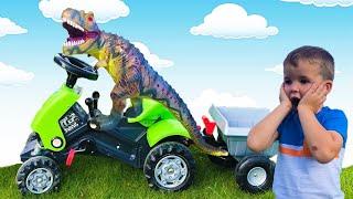 Малыш Тёма  на тракторе ловит воришку динозавра и спасает его от дождя