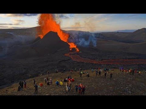 بالصور | بركان أيسلندا الثائر.. جمال طبيعي يستقطب آلاف الزوار …  - نشر قبل 39 دقيقة