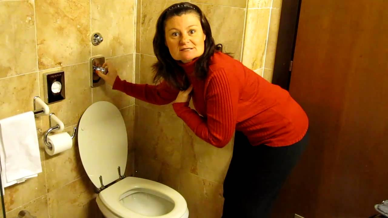 How to flush an Italian toilet - YouTube