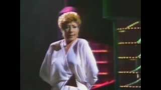"""Núria Feliu canta """"Mitges brillants"""" (Shiny Stockings) popularitzada per Ella Fitzgerald (1983)"""