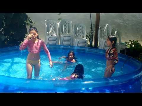 Banhando de piscina com as amigas