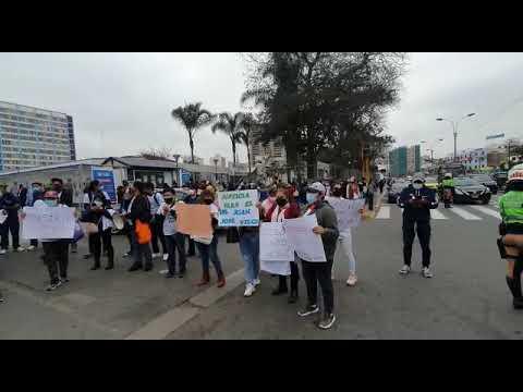Médicos del hospital Rebagliati exigen libertad de residente Juan José Vilca León  4/4