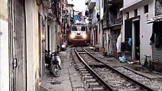 Во Вьетнаме проложили железную дорогу между двумя домами