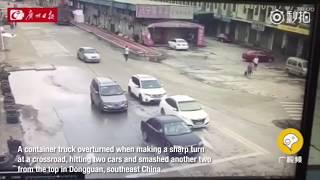 """""""فيديو"""" شاهد لحظة اصطدام وانقلاب شاحنة فوق سيارات في دونغقوان  جنوب شرق الصين"""