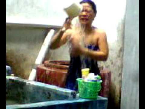 cewek sebangkau lagi mandi