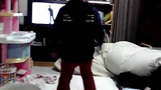 我が家の3歳の娘、キムタク大好きです。 腰の振りに注目。 (部屋が汚...