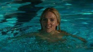 Repeat youtube video Scarlett Johansson se Baña sin Ropa en la Piscina y Bradley Cooper Alucina