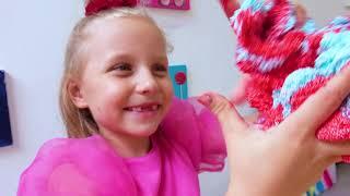 Alicia y papá hacen una burbuja gigante de Slime