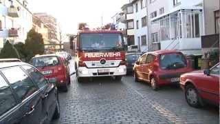 Feuerwehr rammt Autos zur Seite