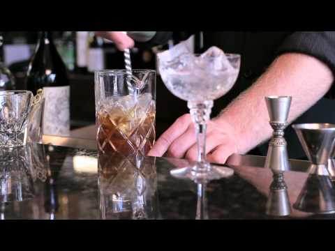 how-to-make-a-manhattan---drinkskool-cocktails