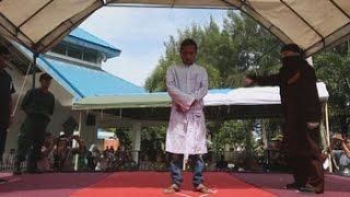 100 varazos públicos como castigo por adulterio en Indonesia