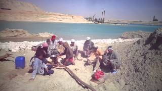 See Altdbeh new Suez Canal workers moment break and lunch and shouts Viva Egypt