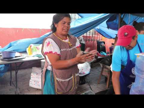 Echando tortillas azules en el metate
