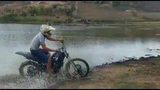 Atravesando o Rio de moto DT 200 INCRIVEL