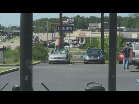Good samaritan helps damaged car victim