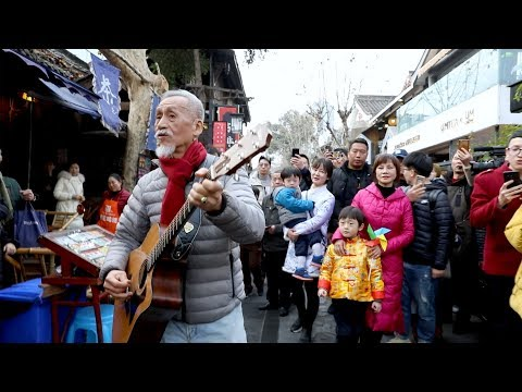 Chinese New Year flash mob surprises tourists in SW China