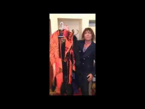 Валерий Леонтьев дарит фонду Мы вместе! свой концертный костюм