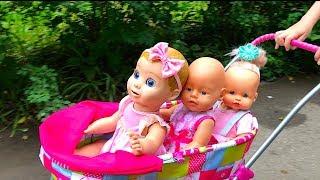 Маша спасает кукол от дождя и разносит им зонтики